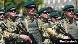 Урочистий марш українських військових з нагоди третьої річниці звільнення Маріуполя від російсько-гібридних сил, 17 червня 2017 року