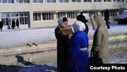Тамара Ерғазева қала тұрғындарымен бірге Жаңаөзен қаласы әкімдігінің алдында тұр. 14 ақпан 2012 жыл.