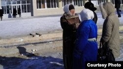 Жены арестованных нефтяников собрались возле акимата. Жанаозен, 14 февраля 2012 года. Фото предоставила Дина Байдилдаева.