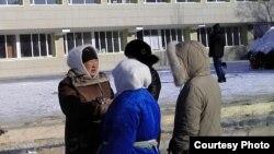 Жаңаөзеннің орталық алаңында шеру өткізуге өтініш беруге келген тұрғындар. Жаңаөзен, 14 ақпан 2012 жыл. (Суретті түсірген Дина Байділдаева)