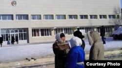 Жаңаөзен тұрғыны Тамара Ерғазева журналистермен әңгімелесіп тұр. Жаңаөзен, 14 ақпан 2012 жыл.