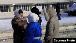 Қамаудағы мұнайшылардың әйелдері әкімдікке арыз тапсырғалы тұр. Жаңаөзен, 14 ақпан 2012 жыл.