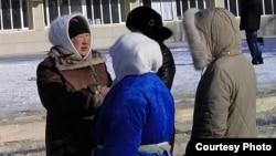 Жены арестованных нефтяников собираются возле акимата для подачи заявления в акимат о проведении митинга 25 февраля. Жанаозен, 14 февраля 2012 года. Фото предоставила блогер Дина Байдилдаева.