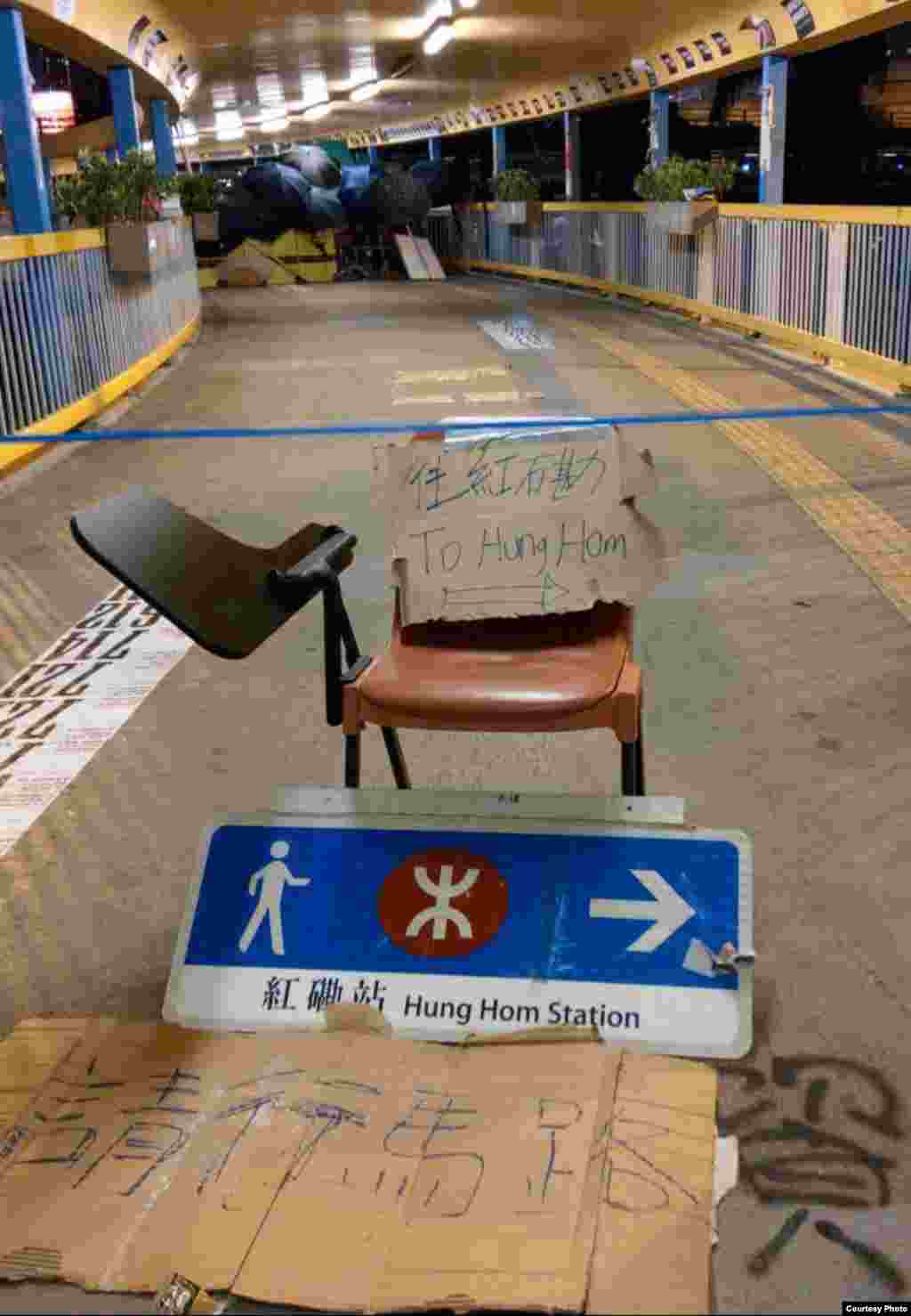 Протестующие баррикадировали и входы в метро, блокировали улицы, поэтому передвигаться в городе было тяжело. Казахстанцы рассказывают, что им пришлось провести ночь до вылета в аэропорту, чтобы на случай форс-мажора не пропустить рейс домой.