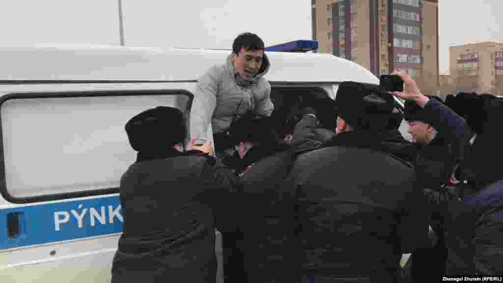 Ақтөбе қаласында да полиция жергілікті әкімдік маңына жиналған 15 шақты адамды ұстап, көлікке күштеп салып, алып кетті.