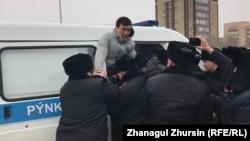 """Полиция """"митинг орнында"""" белсенді Сағындық Бекеевті ұстап жатыр. Ақтөбе, 1 наурыз 2020 жыл."""