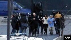 Полиция еврей тағамдары дүкенінен кепілге алынған адамдарды шығарып әкетіп барады. Париж, 9 қаңтар 2015 жыл.