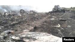 На месте падения обломков лайнера авиакомпании Malaysia Airlines. Донецкая область, 17 июля 2014 года.
