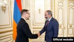 Премьер-министр Армении Никол Пашинян (справа) принимает генерального секретаря ОБСЕ Томаса Гремингера, Ереван, 4 сентября 2018 г․