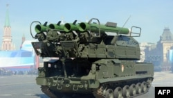 Россия – Российский зенитно-ракетный комплекс «Бук-2М» на Красной площади в Москве во время военного парада по случаю Дня Победы, 9 мая 2013 г.
