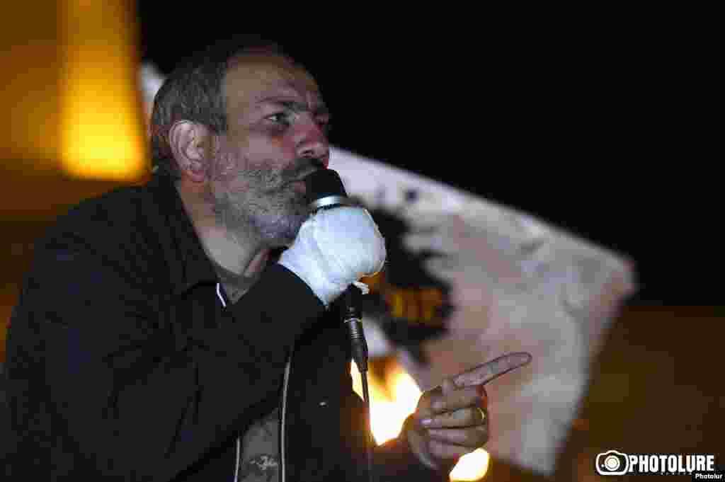 Пашинян закликав громадян 19 квітня о 8:00 зібратися біля будівлі уряду, де має відбутися перше засідання кабінету міністрів під головуванням новообраного прем'єр-міністра Сержа Сарґсяна, щоб не дати можливості міністрам увійти до будівлі