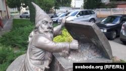 Скульптура каля «Прыёрбанку» у Гомелі.