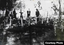 Кресты на могилах умерших в родильном лагере детей
