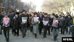 На похоронах политика Алтынбека Сарсенбаева, тело которого вместе с телами двух помощников нашли в предгорьях Алматы со следами насильственной смерти. Алматы, 15 февраля 2006 года.