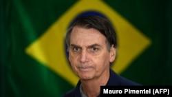 Žair Bolsonaro ispred brazilske zastave