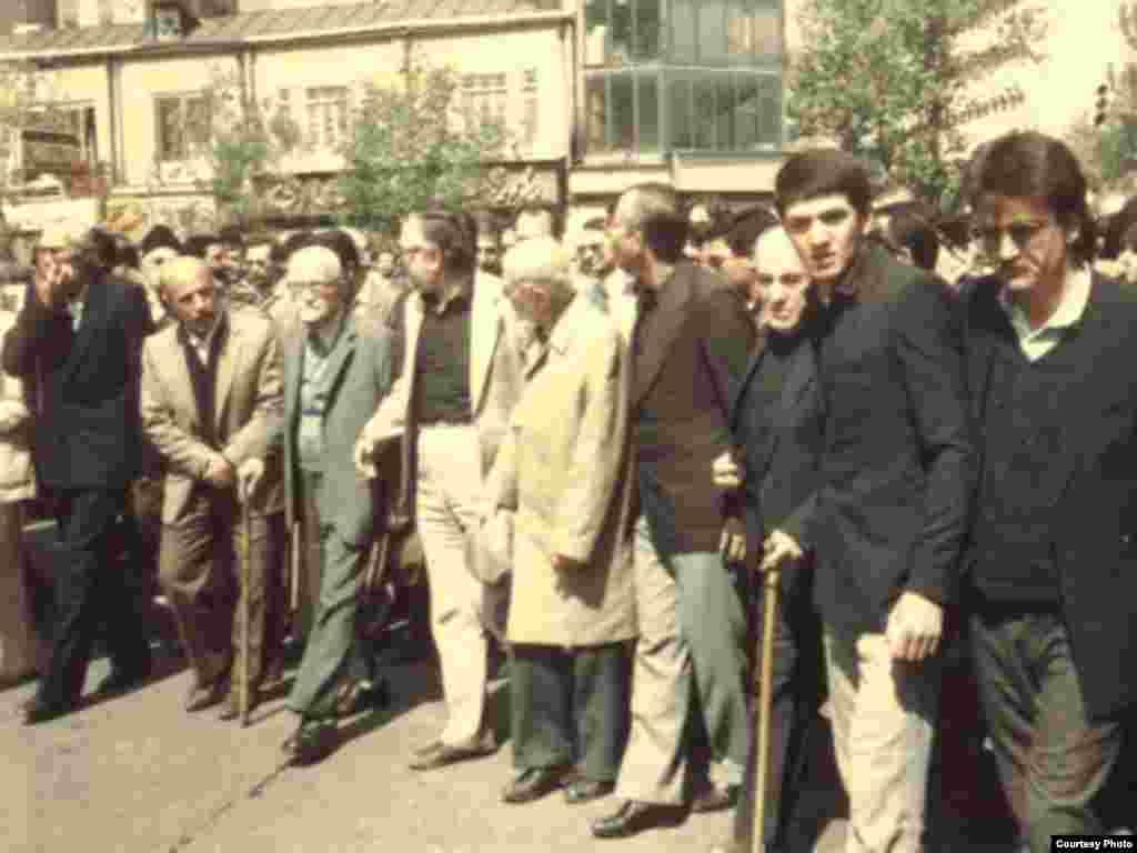 دكتر يدالله سحابی بنیانگذار نهضت آزادی و استاد زیست شناسی دانشگاه تهران در کنار ابراهیم یزدی و دیگر حامیان این نهضت