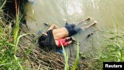На фотографии изображен 25-летний Оскар Альберто Мартинез и его двухлетняя дочь под футболкой у отца, которая со спины обнимала его руками за шею.