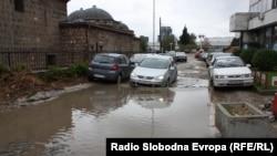 Дел од скопските улици се тешко проодни и при најмали врнежи на дожд