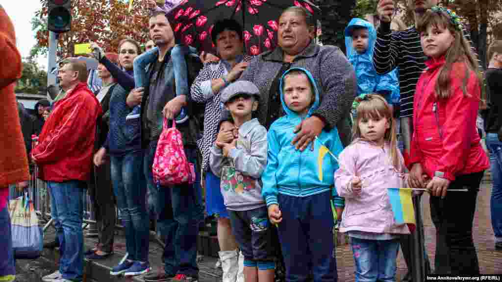 Hreşçatikte insanlar qorantaları, dostlarınen beraber ve öz başına yürüşni çiçek ve ukrain timsallerinen qarşıladı