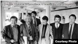 Асанкалый Керимбаев кыргыз обончулары жана акындары менен. (сүрөт качан тартылганы белгисиз)