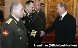 """Генерал-полковник Николай Ткачёв (крайний слева), фигурант предыдущего расследования Bellingcat о катастрофе """"Боинга"""", на приеме в Кремле, 2007 год"""