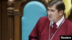 Глава Конституционного суда Украины Анатолий Холовин зачитывает постановление об отмене поправок к Конституции от 2004 года, Киев, 1 октября 2010