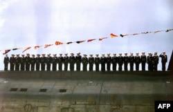 """Моряки """"Курска"""" на палубе в июле 2000 года"""