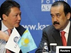 Директор фонда «Самрук-Казына» Тимур Кулибаев и премьер-министр Карим Масимов сидят на бизнес-конференции. Астана, 4 октября 2011 года.