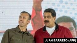 در این تصویر العیسمی در کنار مادورو در ۳۱ ژانویه سال جاری دیده میشود