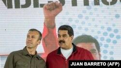 Nicolas Maduro (sağda) və vitse-prezident Tareck El Aissami PDVSA şirkətinin əməkdaşları ilə