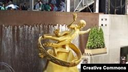 Статуя Прометея на площади Рокфеллеровского Центра, одного из символов экономического могущества США, которым владеет одна из японских компаний