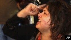 Иман Обейди показывает раны иностранным журналистам, утверждая, что была изнасилована ливийскими солдатами. 26 марта 2011 года.