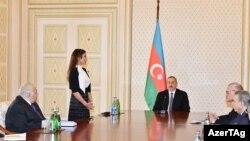 Илхам Алиев жубайын вице-президент катары тааныштырып жатат.
