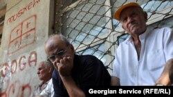 """В гостинице проживает 270 семей, вынужденно покинувших Цхинвали в 90-х годах. На фото: обитатели """"Абхазети"""""""