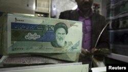 عملة إيرانية في محل لتصريف العملة بكربلاء