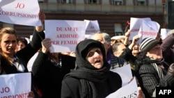 од вчерашните протести на албанските жени во Тирана