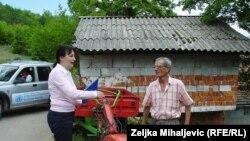 Edita Selimbegović uručuje multikultivator Milenku Milakoviću, 2015.