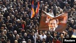 Участники митинга Армянского национального конгресса развернули плакат с призывом освободить Никола Пашиняна, Ереван, 17 марта 2011 г.