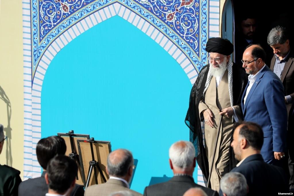 وحید حقانیان در کنار آیتالله خامنهای در یکی از مراسمهای نماز عید فطر
