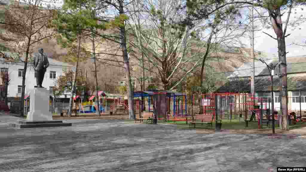 У сквері біля пам'ятника Леніну встановлені дитячий майданчик і тренажери