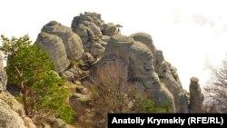Вид на гору Демерджи, у западного склона которой находится Долина приведений