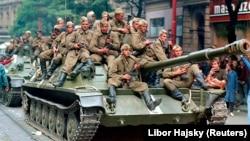 Советские военнослужащие на танке перед зданием Чешского радио в первый день вторжения, 21 августа 1968 г.