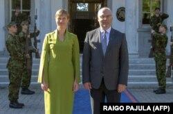 Діючий президент Естонії Керсті Кальюлайд і новообраний естонський президент Алар Каріс. Таллінн, 31 серпня 2021 року