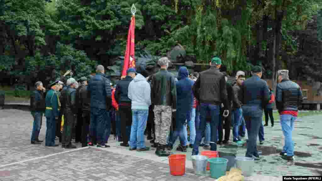Принесенный для планировавшегося субботника инвентарь не пригодился - собравшиеся приняли участие в стихийном митинге с осуждением акта вандализма в Парке имени 28 гвардейцев-панфиловцев.