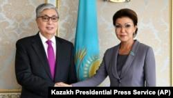 Вступивший в должность президента Касым-Жомарт Токаев обменивается рукопожатием с Даригой Назарбаевой, которая стала спикером сената в день отставки своего отца, Нурсултана Нуразарбаева. Астана, 20 марта 2019 года.