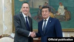 Кыргыз президенти Сооронбай Жээнбеков менен британ элчиси Чарльз Гарретт (солдо), Бишкек, 11-сентябрь, 2019-жыл.