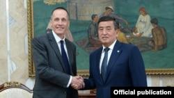 Посол Чарльз Гарретт и президент Кыргызстана Сооронбай Жээнбеков.