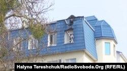 Крыша консульства Польши в украинском Луцке, поврежденная гранатой, 29 марта 2017 года.