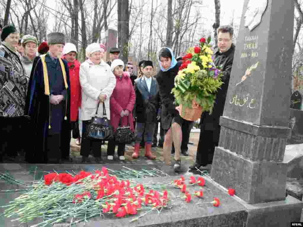 Татарстан язучылар берлеге рәисе Илфак Ибраһимов Тукай каберенә чәчәк бәйләме сала