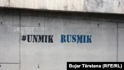 Një grafit në Prishtinë kundër misionit të UNMIK-ut.